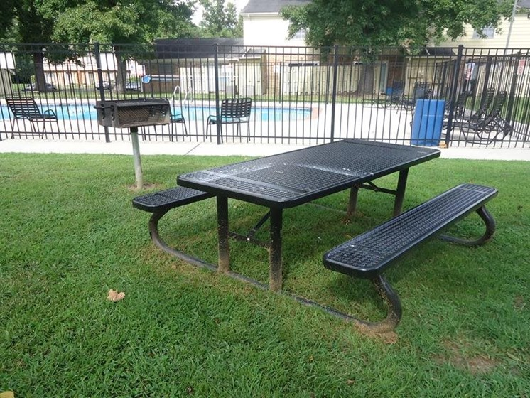 Apartments in New Bern, NC picnic table