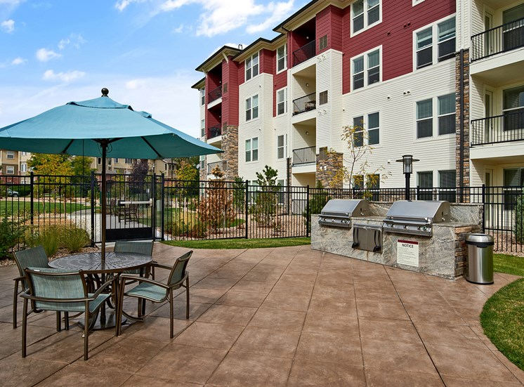 Enclave at Cherry Creek - Grilling station with seating