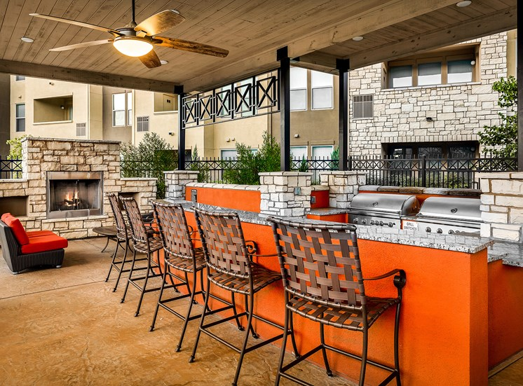 Quinn Crossing Apartments fireside lounge and grilling area
