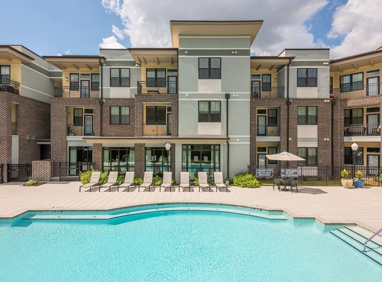 Centre Pointe Apartments resort-style pool with tanning deck
