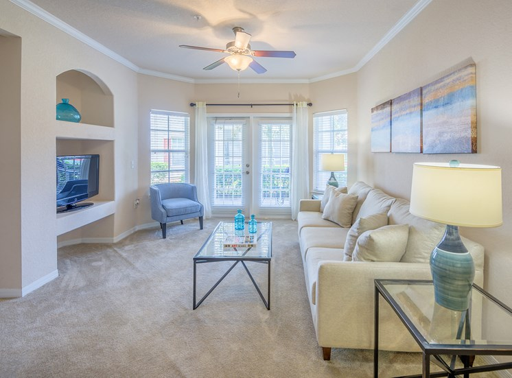 9-foot ceiling with crown molding