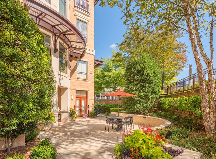 Lofts at Lakeview Apartments - Outdoor seating area