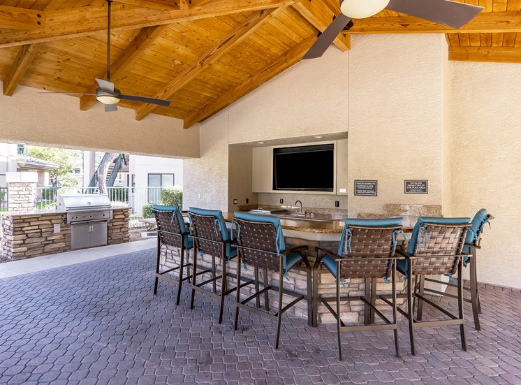 The Paragon at Kierland Apartments outdoor kitchen area
